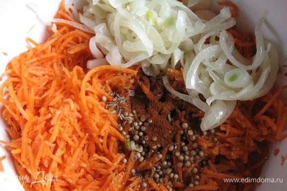 К моркови добавить уксус и специи: жгучий красный перец, красный сладкий перец, черный свежемолотый перец, зиру, кориандр, перемешать. Добавить репчатый лук с чесноком и всем тем растительным маслом, на котором жарился лук.