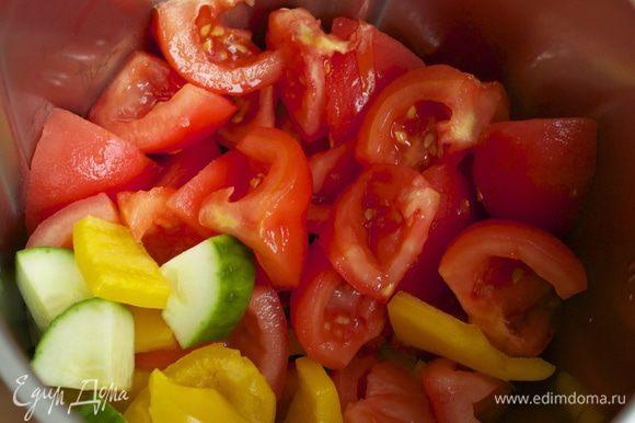 Помидоры ошпарить кипятком и очистить от кожуры и семян. Нарезать кубиками. Выложить в чашу блендера, добавить оставшийся сладкий перец и огурец. К овощам добавить оливковое масло, свежевыжатый сок апельсина. Включить блендер и измельчить овощи.