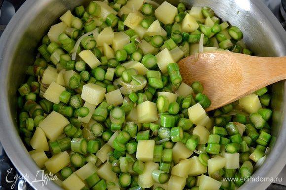 И спаржу... Обжаривайте все на среднем огне, помешивая, чтобы овощи не пригорели, 7-8 минут.
