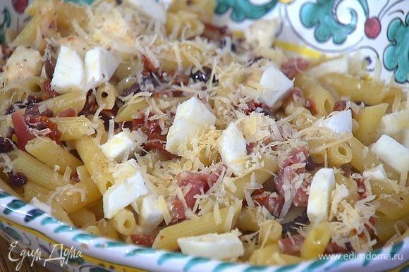 Макароны переложить в большое блюдо, посыпать оставшимся сыром и моцареллой.