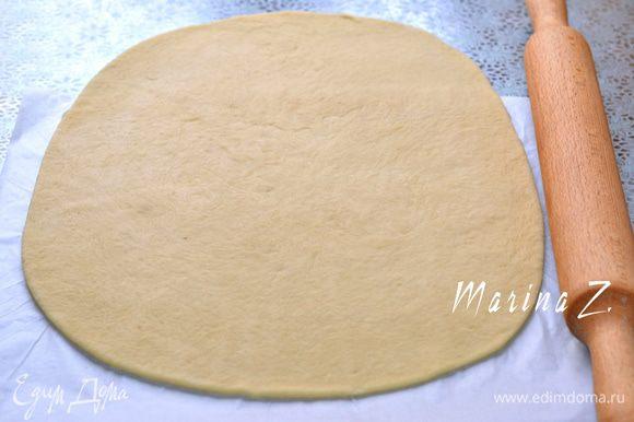 Тесто выложить на рабочую поверхность, обмять руками. Отделить 1/3 , этого хватит на 1 средний пирог (чтобы поместился на противне). Раскатать в овал, положить на пергамент для выпечки.