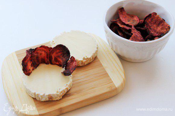 Разрезаем сыр камамбер пополам. Размещаем чипсы по периметру сыра в виде розы.