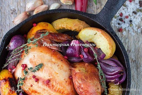 Запекать в предварительно разогретой до 180 градусов духовке 25 минут до румяной корочки цыплят. Подавать в сковородках.