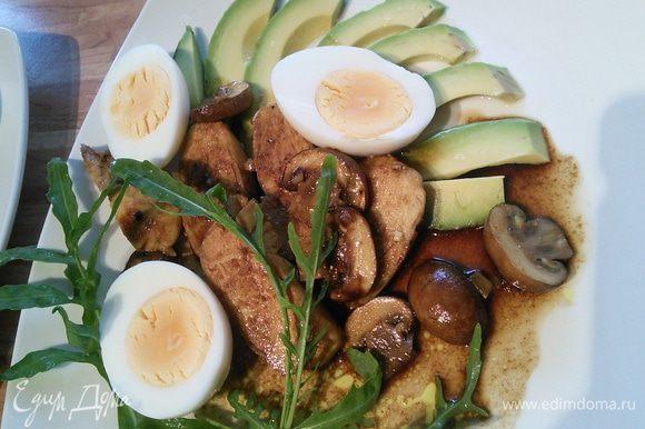 Авокадо нарезать на пластинки, яйца - на половинки, всё выложить на тарелку.