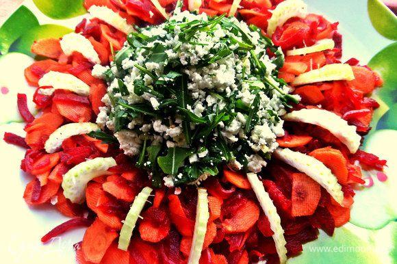 Воткнуть кусочки в овощное кольцо.