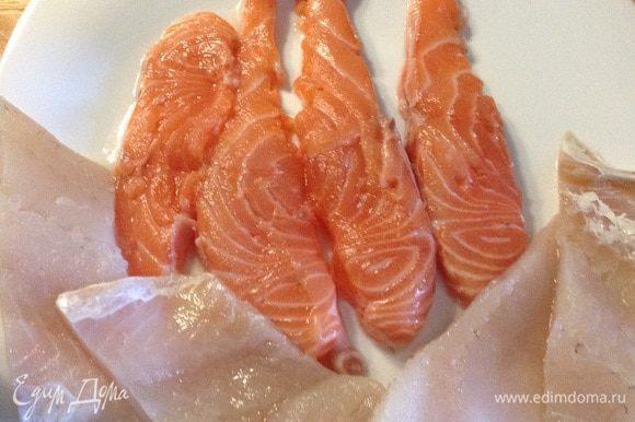 Подготавливаем рыбное филе: разрезаем на слайсы и аккуратно отбиваем через пищевую плёнку, стараясь не сильно деформировать кусочки. Солим, перчим по вкусу, добавляем приправы.
