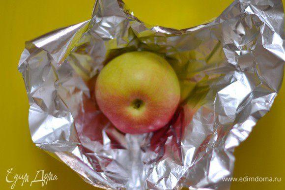 Чтобы приготовить паутинку, понадобятся яблоки и фольга.