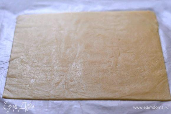 Раскатать тесто между 2 листами пергамента очень тонко. Толщина должна быть примерно 1 мм. Убрать в морозильную камеру на 15 минут. Вынуть из камеры, нарезать тесто на прямоугольники размером 8 см на 4 см. Убираем в холодильник. Заготовки для кракелюра готовы.