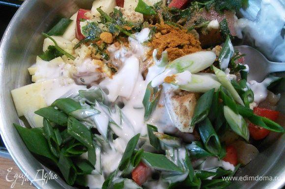 В миске все подготовленные ингредиенты смешиваем с кокосовым молоком, солим, перчим, добавляем куркуму, карри и щепотку корицы.