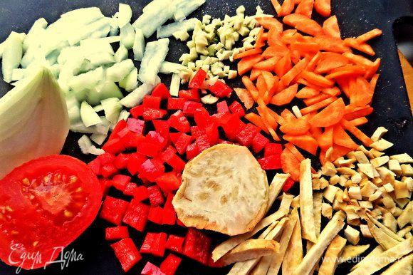 Коренья, помидор нарежем соломкой или кубиками.