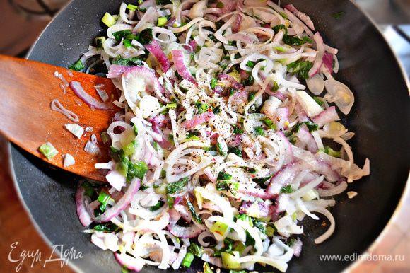 К луку добавить овощной бульон, винный уксус, щепотку сахара, соль и перец по вкусу. Затем необходимо довести бульон до кипения и вылить соус в картофель, осторожно перемешать и дать постоять около 10 мин.