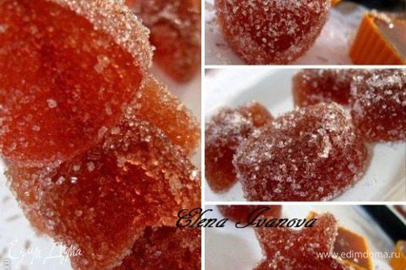 Готовый мармелад вынуть из формочек, обмакнуть в сахар или сахарную пудру.
