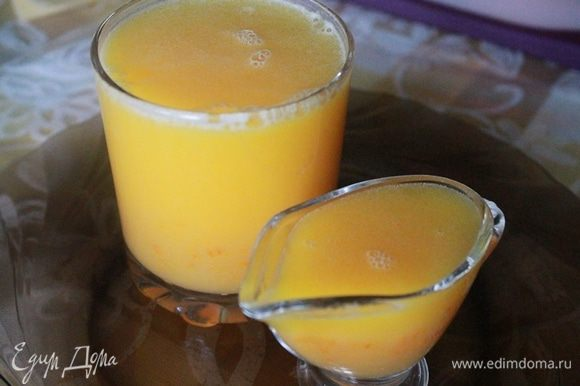 Добавить апельсиновый сок и нагревать, постоянно помешивая, еще 10 минут. Остудить и подавать к оладушкам.