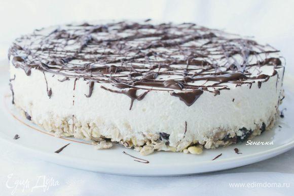 Готовый торт можно украсить растопленным шоколадом.