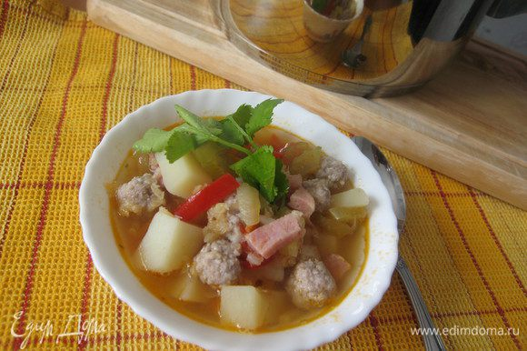 В бульон выкладываем фрикадельки, готовим 5 минут, добавляем овощи, доводим до кипения. Подаём со сметаной и кинзой.