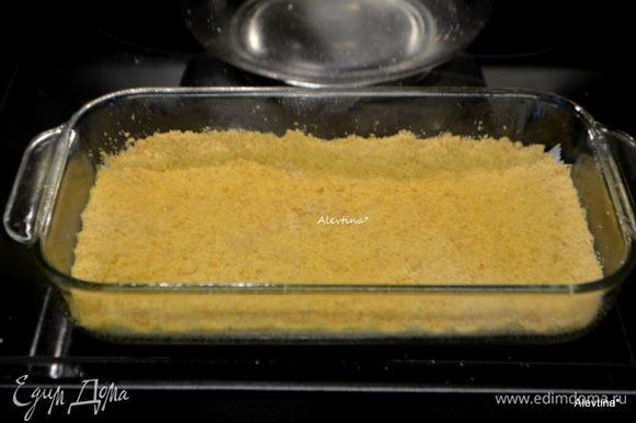 Выложить крошку с маслом на дно формы и пальчиками пройтись. Можно сверху положить бумагу для выпечки и утрамбовать слой печенья ладонью, прижимая. поставить в духовку на 10 -12 минут. Достанем из духовки и дадим остыть.