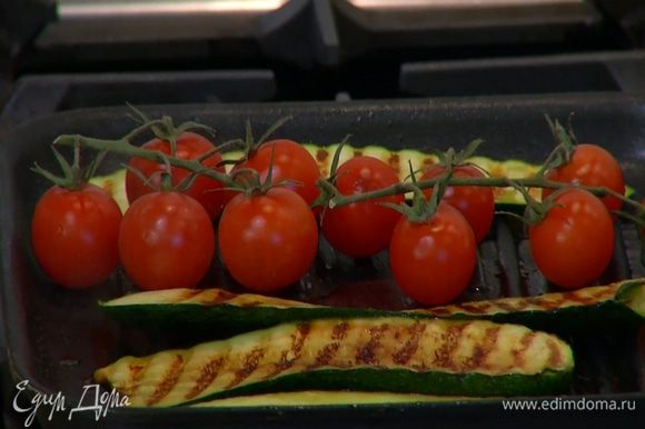 Помидоры на веточке посолить, поперчить и обжарить на той же сковороде, где жарились цукини и баклажаны.