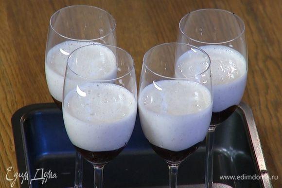 Мусс с желатином разлить в бокалы с шоколадом и отправить в холодильник.
