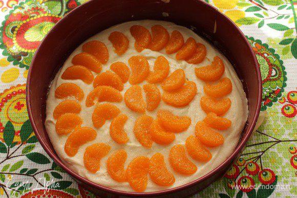 Тесто вылейте в форму 24см. Выложите сверху мандариновые дольки. Посыпьте 1 ст.л сахара.