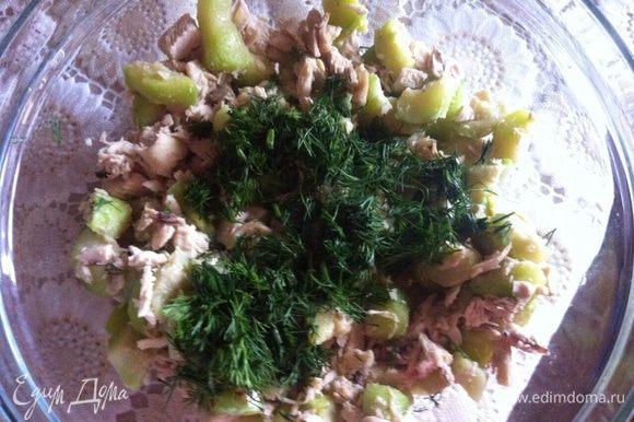 Переложить начинку в посуду, добавить мелко нарубленную зелень.