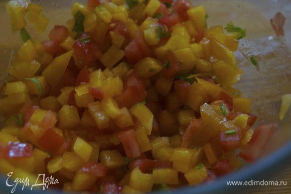 Отправляем овощи в чашу, поливаем соком лимона и солим по вкусу.