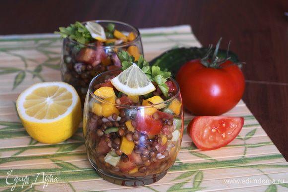 Готовый салат разложить в бокалы. Украсить зеленью и кусочком лимона. Подавать к столу. Приятного аппетита!
