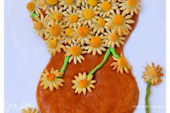 Когда пирог станет коричнево-золотистого цвета, быстро вынимаем его, смазываем смесью из яйца, сахара и воды, которой смазывали пирог перед выпечкой и, как на клей, начинаем приклеивать декор.