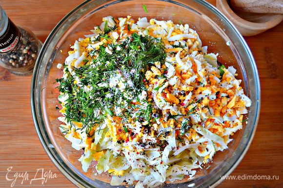 В миске смешать капусту, лук, яйца, приправить солью, перцем.