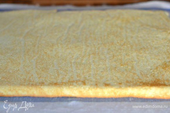 Готовый бисквит аккуратно отсоединить от бумаги, помогая себе спатулой или кулинарным шпателем.