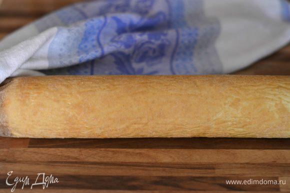 Бисквит свернуть в рулет вместе с бумагой, на которой он выпекался.