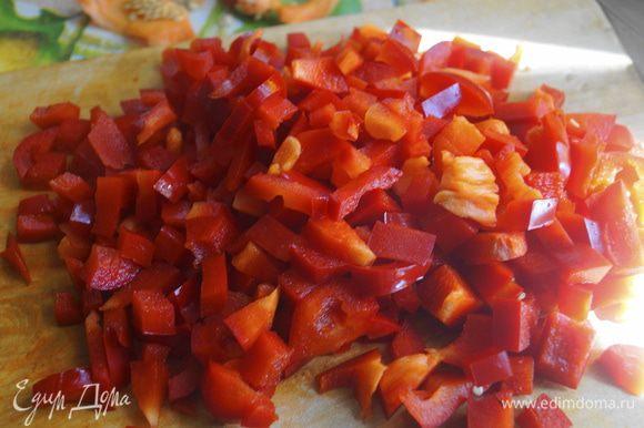 Нут предварительно замочить в холодной воде за 4 часа до приготовления, а лучше сделать это на всю ночь. Затем отварить его как указано на упаковке, а точнее варить 10 минут после закипания на сильном огне, потом убавить огонь и варить еще 50-60 минут. Салат из нута и болгарского перца ингредиенты Болгарский перец промыть, очистить от семян и нарезать небольшими кусочками.