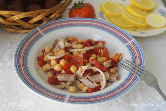 Готовый салат залить заправкой, перемешать и дать немного постоять. Разложить в порционный тарелки или в салатник. Подавать к столу. Приятного аппетита!