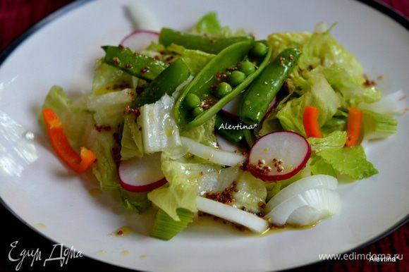 Разделить салат по тарелкам, полить заправкой. Худеем вкусно.
