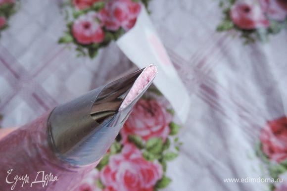 """Нам понадобится кондитерский мешок, насадка """"роза"""" и """"гвоздик"""" для цветов. На гвоздик очень рекомендую на капельку крема приклеить кусочек пергамента - так будет легче с готовым цветочком разобраться)))"""