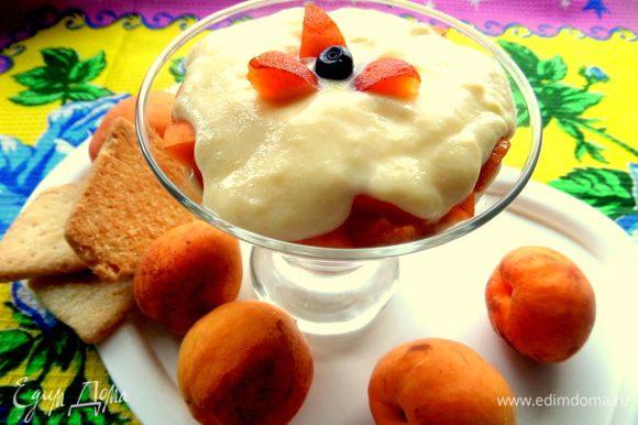 Украшаем кусочками абрикоса и ставим ненадолго в холодильник.