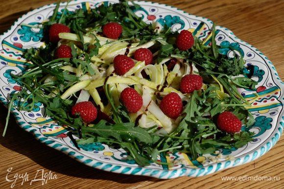 Украсить салат свежей малиной.