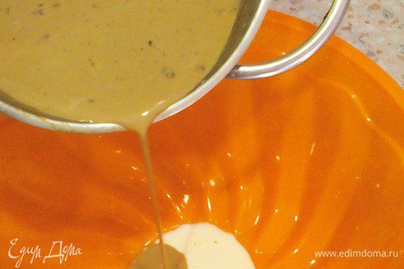 Достаём форму, творожное желе схватилось, заливаем сверху ХОЛОДНУЮ кофейную смесь и в холодильник на 30-40 мин или больше. Жидкое дольше застывает. Далее отдыхаем :)