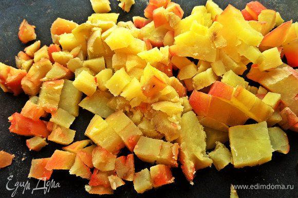 Теперь переходим к запечённым овощам. Картофель нарезать на кубики.