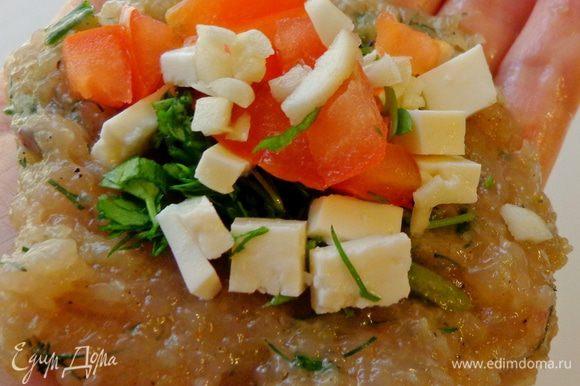 От приготовления кебабов у меня остался очень вкусный фарш (http://www.edimdoma.ru/retsepty/74283-kebaby-v-ovoschah-po-turetski). Для котлеток дополнительно измельчить брынзу, помидор и зелень. Из фарша сделать лепешечку, положить на нее начинку и залепить сверху другой лепешкой из фарша.