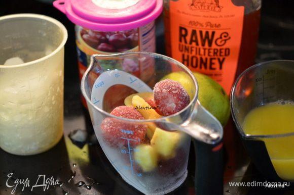 Приготовим все для смузи. Свеклу небольшого размера отварить самим или берем готовую. Лёд для блендара используйте лучше колотый измельченный. Ягоды или фрукты используем замороженные.