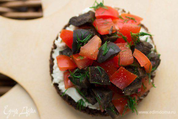 С томатно-маслиновой сальсой. Помидоры разрезать, удалить семечки и порубить мелким кубиком. Так же порубить маслины без косточек, добавить рубленый укроп и все перемешать.