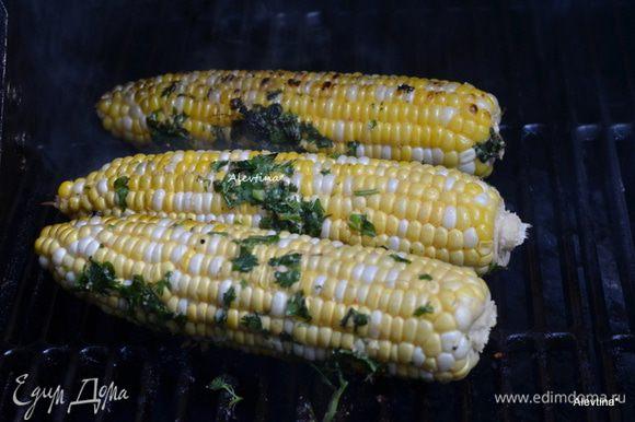 Смазать кукурузу со всех сторон. Готовим на разогретом гриле 10-20 мин под закрытой крышкой. Готовить можно и в фольге, закрыв кукурузу.