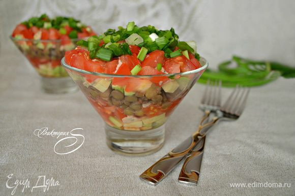 Украсить салат зелёным луком и подавать к столу. Мне больше понравился салат после того, как он настоялся в течение 1 часа в холодильнике. Но это дело вкуса. Приятного вам аппетита!