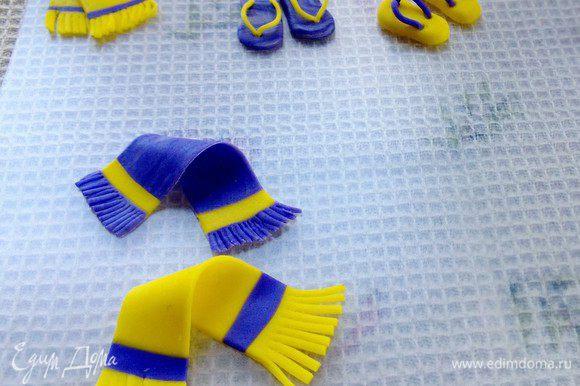 Изготавливаем полотенце. Чтобы получить бахрому на полотенце, режем тонкими ножницами края. Изготавливаем пляжные вьетнамки. Как на фото.