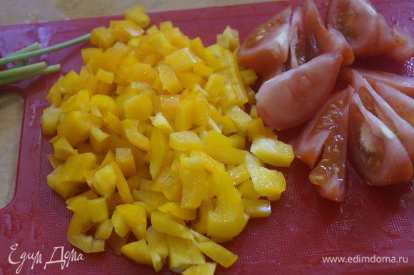 Рис отварить в воде до готовности. Пока рис варится, подготовим овощи. Хорошо промываем овощи и зелень, даем стечь воде. Болгарский перец режем маленькими квадратиками, помидор - тонкими дольками.