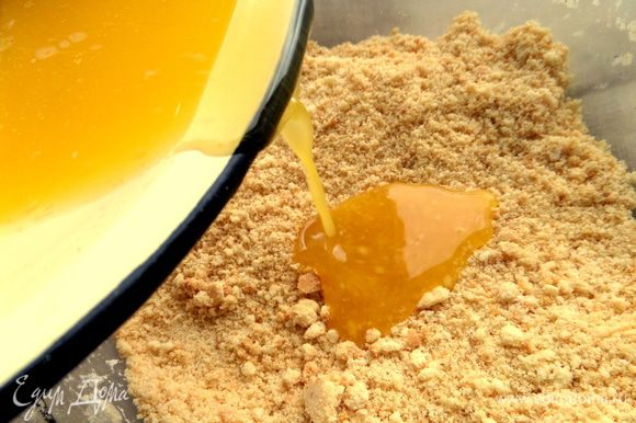 Сливочное масло растопить и влить в крошку.