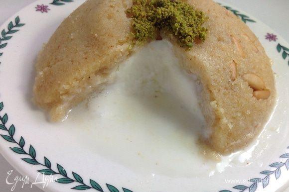 Летний вариант - с мороженым: глубокую миску небольшого размера (например, пиалу для чая) застелить изнутри пищевой пленкой. Выложить халву примерно на 1/3 миски, слегка утрамбовывая ложкой, делая бортики по стенкам посуды. Далее положить мороженое еще на 1/3 посуды (в данном случае – ванильное, но можно использовать любое). Затем заполнить до верха халвой – еще на 1/3 посуды. Верх разровнять. Затем резко опрокинуть вверх дном на плоскую тарелку и аккуратно снять миску вместе с пленкой. Получится ровная круглая горка с мороженым внутри. Посыпать фисташковой мукой. Здесь очень интересное сочетание горячей халвы и холодного мороженого. Подавать необходимо сразу же. ** Однозначно понравится детям!