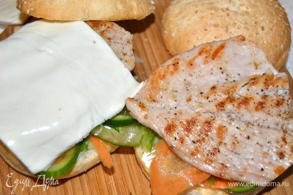 На овощи укладываем филе, сверху на него сыр (у меня слайсы моцареллы).