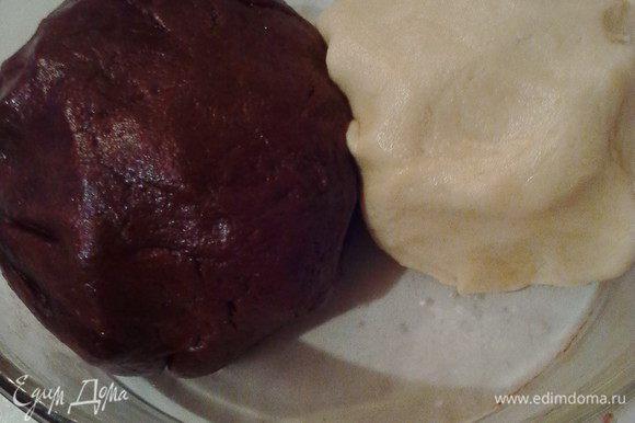 Разделить тесто на на 2 части, к одной добавить какао и вымешать до однородного цвета. Вот такие вышли колобки. Отправим их, обернув пленкой, в холод на 30-50 минут.