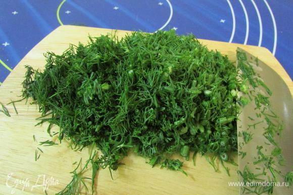 Подготовить начинку. Укроп (зелень любая, на ваш вкус) помыть, хорошо просушить и мелко нарезать.